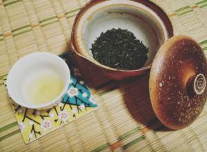 日本茶を宝瓶で入れた様子