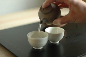 お茶を小さい急須で入れている様子
