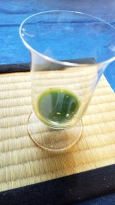 玉露を氷出しで入れたグラス