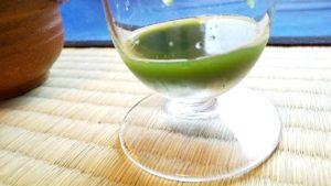 玉露を氷出しで入れたグラスに様子