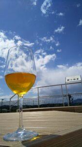 ワイングラスとお茶と空