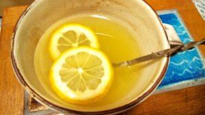 緑茶をお湯で出してレモンシロップを加えた緑茶レモン